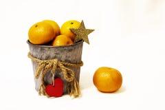 Mandarines en el cubo fotos de archivo libres de regalías