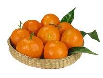 Mandarines en la cesta de mimbre Foto de archivo