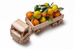 Mandarines en la parte de atrás del camión del juguete Fotografía de archivo libre de regalías