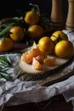 Mandarines en un corte de madera de la sierra Fotografía de archivo
