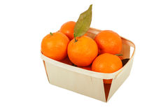 Mandarines en una cesta en un fondo blanco Fotos de archivo libres de regalías
