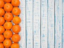 Mandarines en una tabla de madera Fotos de archivo libres de regalías