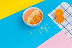 Mandarines et bananes d'un plat sur les milieux colorés fruit frais sur un fond coloré Vue supérieure photo stock
