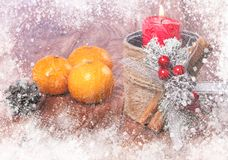 Mandarines et bougies sur la table Photos stock