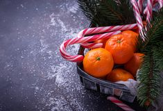 Mandarines et canne de sucrerie Fond de Noël Image libre de droits