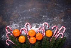 Mandarines et canne de sucrerie Fond de Noël Images stock