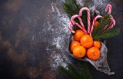 Mandarines et canne de sucrerie Fond de Noël Photos libres de droits