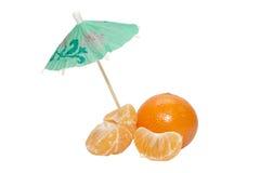 Mandarines avec le parapluie de thr sur le fond blanc Photos stock