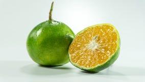 Mandarines et tranche sur le fond blanc images libres de droits