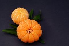 Mandarines fraîches avec des feuilles sur le fond foncé photos libres de droits