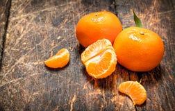 Mandarines fraîches avec les lames vertes Photos libres de droits