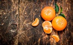 Mandarines fraîches avec les lames vertes Image stock