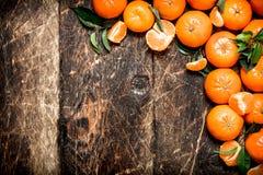 Mandarines fraîches avec les lames vertes Photo stock