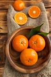 Mandarines fraîches d'agrumes, plan rapproché d'oranges dans le style rustique Photographie stock