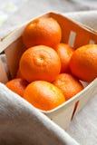 Mandarines fraîches dans une boîte Photo libre de droits