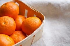 Mandarines fraîches dans une boîte Images libres de droits