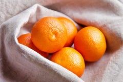 Mandarines fraîches dans une cuvette Images libres de droits