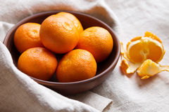 Mandarines fraîches dans une cuvette Image libre de droits
