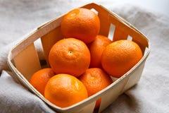 Mandarines fraîches dans une cuvette Photos stock