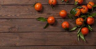 Mandarines frescos en la tabla de madera vieja Imagen de archivo