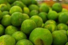 Mandarines frescos verdes en un mercado orgánico local de la granja de la isla tropical de Bali, Indonesia Fondo del mandarín Fotografía de archivo libre de regalías