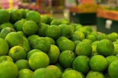 Mandarines frescos verdes en un mercado orgánico local de la granja de la isla tropical de Bali, Indonesia Fondo del mandarín Foto de archivo