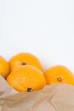 Mandarines hors du sac de papier image stock