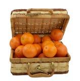 Mandarines juteuses dans le cadre en osier au-dessus du blanc Photographie stock libre de droits