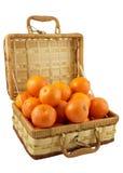 Mandarines mûres dans le cadre en osier au-dessus du blanc Photo stock