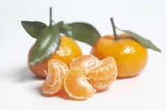 Mandarines maduros con las hojas verdes imágenes de archivo libres de regalías