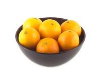 Mandarines oranges à l'intérieur de plan rapproché d'isolement par cuvette de porcelaine Images libres de droits