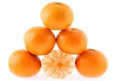 Mandarines, piramide op witte achtergrond Royalty-vrije Stock Foto