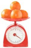 Mandarines sur des échelles de cuisine. Photo stock