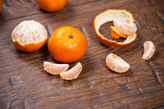 Mandarines sur la table en bois images stock