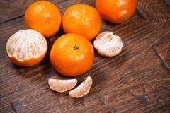 Mandarines sur la table en bois photos stock