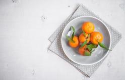 Mandarines sur le fond en bois blanc L'espace libre pour le texte Photos stock