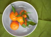 Mandarines sur le fond vert de tissu Photographie stock libre de droits
