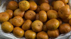 Mandarines sur le marché d'air ouvert en Italie Image stock