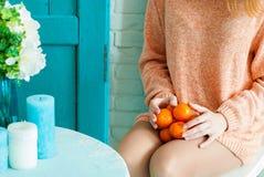 Mandarines sur le recouvrement d'une fille Photo libre de droits