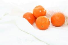 Mandarines sur le tissu blanc Images libres de droits