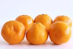 Mandarines sur un fond en bois blanc Riches des nutritions, de la fibre, et des vitamines Conception de photo pour le fond de nou photographie stock