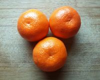 Mandarines sur une table en bois Image stock