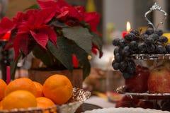 Mandarines, uvas y poinsetia fotografía de archivo libre de regalías