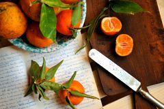 Mandarines y zumo de naranja en un fondo del vintage Fotografía de archivo libre de regalías