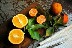 Mandarines y zumo de naranja en un fondo del vintage Imagen de archivo libre de regalías