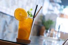 Mandarinfruktsaft med is royaltyfria bilder