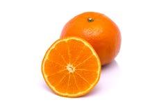 Mandarini arancio con la foglia verde su fondo bianco Fotografie Stock