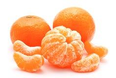 Mandarini arancio isolati su un bianco Immagini Stock
