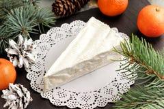 Mandarini del Brie e rami dell'abete Squisitezze per i feas Immagine Stock