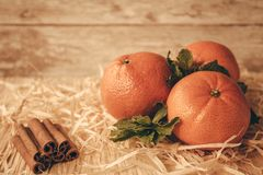 Mandarini del ` s del nuovo anno su un piatto di legno Immagine Stock Libera da Diritti